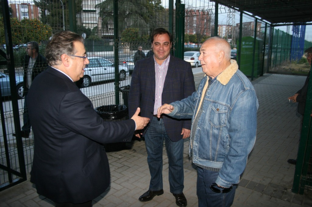 El alcalde, Juan Ignacio Zoido, y el presidente de la Junta Rectora, Manuel Varela se dan la mano con el delegado Jaime Ruiz como testigo.