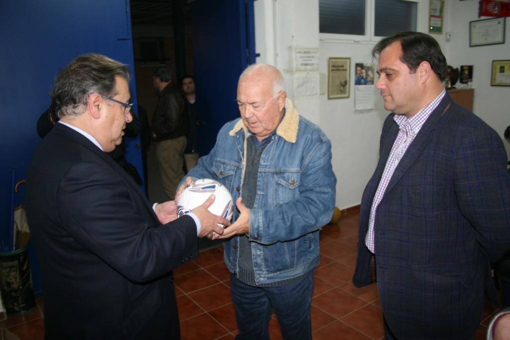 El Alcalde entregó 26 balones para los 15 equipos de fútbol que entrenan en el complejo deportivo.