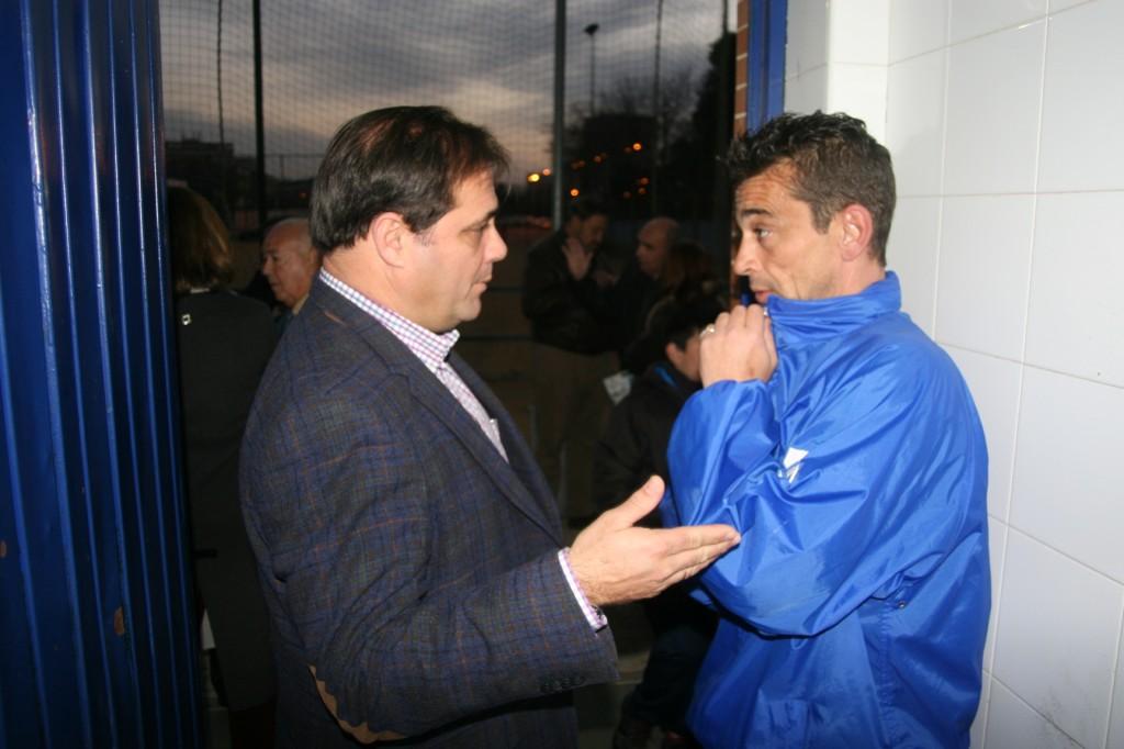 El delegado, Jaime Ruiz, con el jefe de mantenimiento del complejo deportivo, Antonio Yerga.