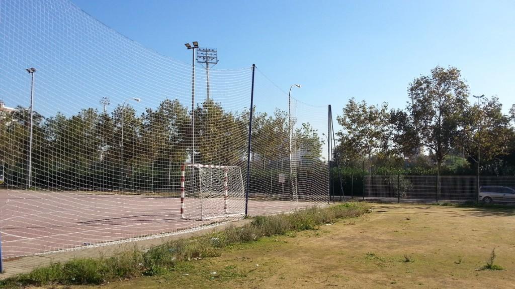 Las pistas deportivas se han arreglado buscando un mejor uso para los deportistas y mayor protección para los peatones.