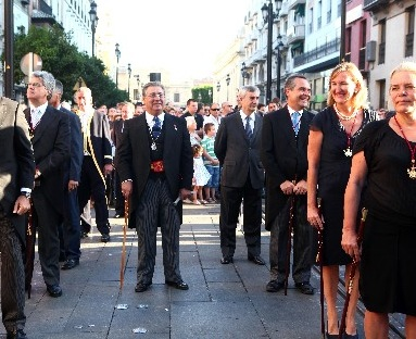 Cortejo procesional con la presencia de la Corporación Municipal.
