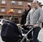 """GRA055 LODOSA ( NAVARRA), 17/05/2013.- El etarra arrepentido Valentín Lasarte, al que la Audiencia Nacional ha concedido un primer permiso penitenciario de tres días, ha acudido hoy a firmar al cuartel de la Guardia Civil de la localidad navarra de Lodosa acompañado de su compañera sentimental y empujando un carrito de bebé. El etarra se encuentra en prisión desde hace 17 años por su participación en siete asesinatos de ETA, entre ellos los del concejal del PP Gregorio Ordóñez y del dirigente del PSE Fernando Múgica. El permiso se le ha sido concedido tras haberse acogido a la llamada """"Vía Nanclares"""", lo que le ha llevado a expresar su arrepentimiento por los crímenes de ETA y a pagar pequeñas cantidades de dinero para afrontar las responsabilidades civiles derivadas de sus condenas, que suman más de 400 años de cárcel. EFE/Jesús Diges"""