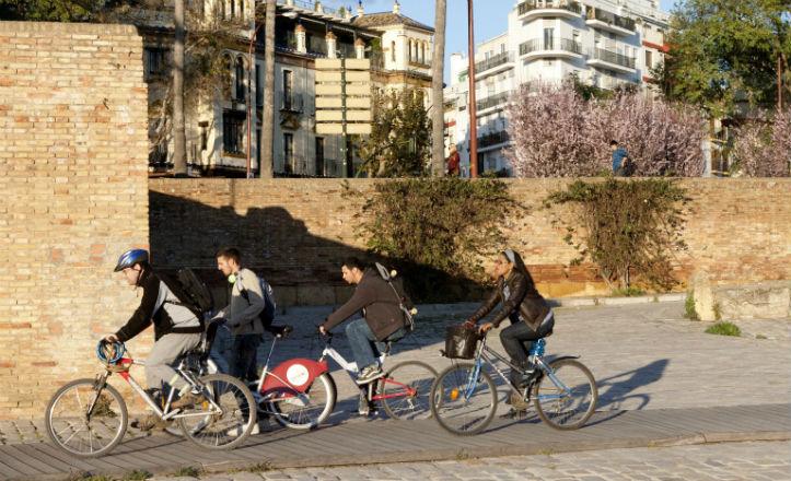 Ciclistas por el carril exclusivo en el muelle de la Sal