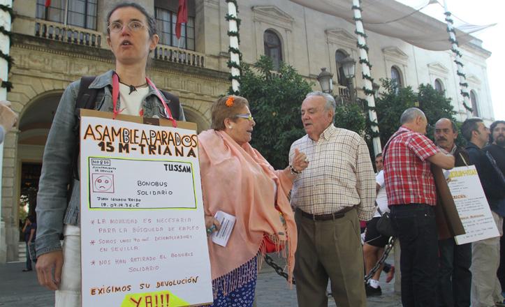 Protesta de parados frente al Consistorio para reclamar el bonobús solidario