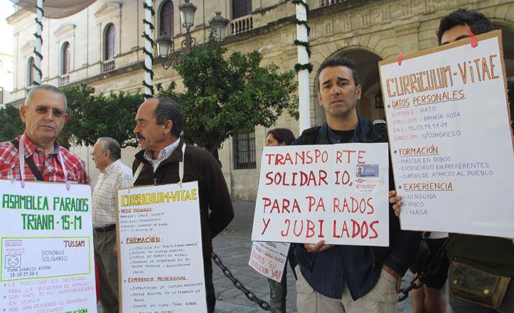 Protestas frente al Consistorio reclamando el bonobús solidario
