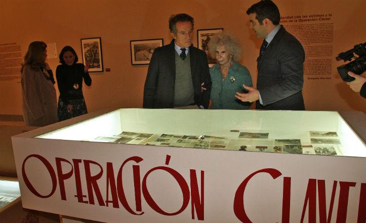 Los duques de Alba visitando la exposición sobre la Operación Clavel