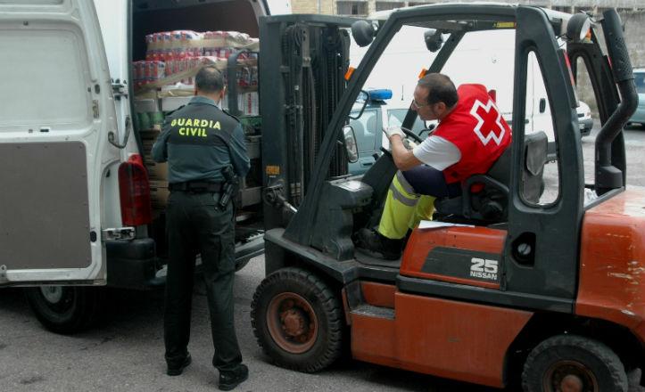 La Guardia Civil ayuda en la entrega de alimentos en Tres Barrios