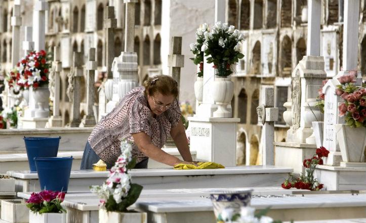 Tussam establece un servicio especial al cementerio en el día de Todos los Santos