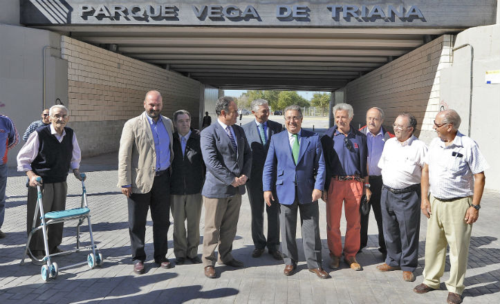 El alcalde con vecinos de Triana en la entrada del nuevo parque.