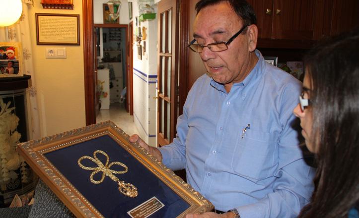 Manuel Santizo enseñando su medalle como Hermano Mayor de la Hermandad de Torreblanca