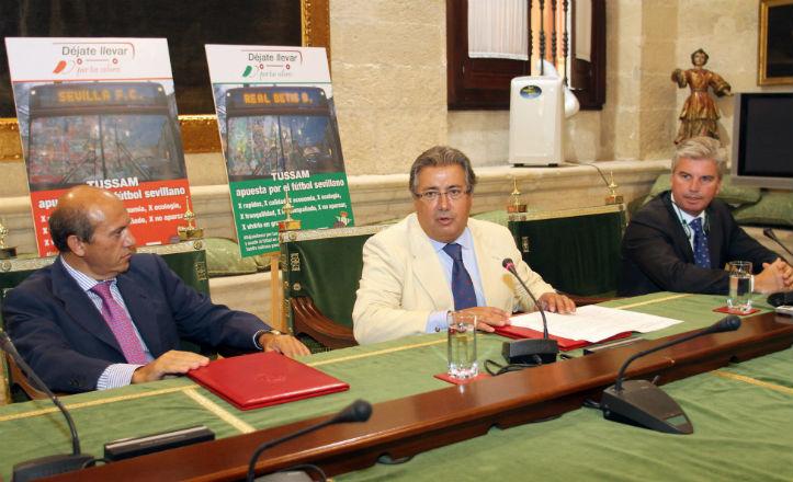 Zoido con Del Nido y Guillén durante la firma del convenio de colaboración de Tussam