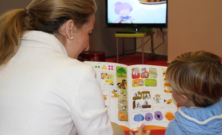 Elena Navarro y su hijo practicando con los libros y DVD´s