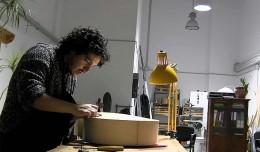 El luthier Pablo Fernández trabaja en Rompemoldes