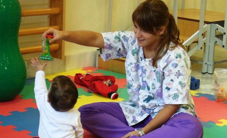 Una de las especialistas tratando al paciente