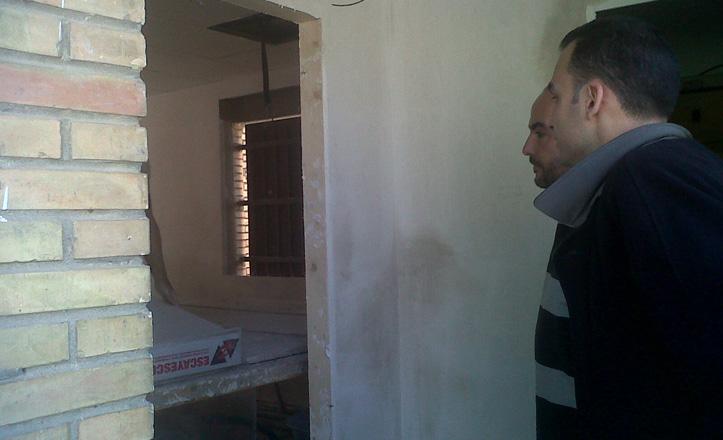 Rafael Belmonte viendo la casetilla del portero del Sebastián Bandarán