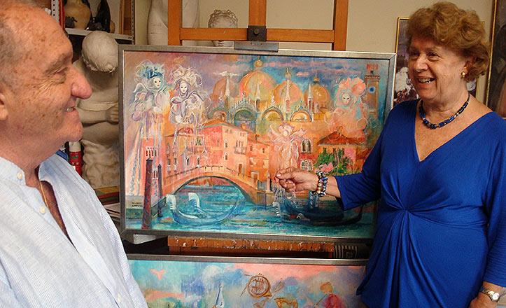 Los pintores sevillanos Lourdes Cabrera y Juan Antonio Huguet Pretel en su estudio