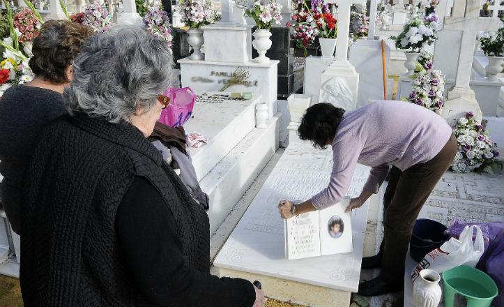 El Día de Todos los Santos, miles de sevillanos se acercaron al cementerio para visitar las tumbas de sus seres queridos