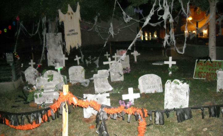 Cementerio instalado en el Parque Sinaí en la noche Halloween