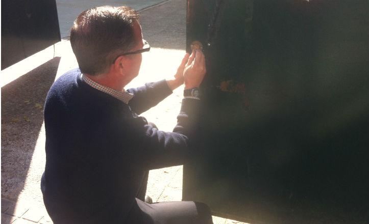 Operario del ayuntamiento arreglando la cerradura del colegio Joaquín Turina