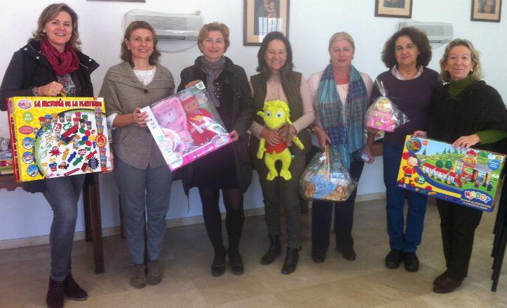 Colaboradoras de la Fundación Padre Leonardo del Castillo con regalos de la tómbola