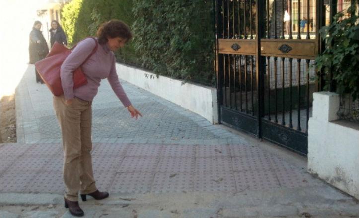 La delegada del distrito Nervión, Pía Halcón, visita el nuevo acerado de las calles