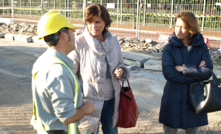 La delegada del distrito de Nervión, Pía Halcón, en la visita a las obras de la Buhaira
