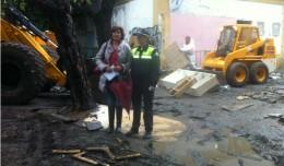 La delegada del Distrito Nervión, Pía Halcón, junto a la portavoz adjunta de la Policía Local de Sevilla, Cristina Rodríguez, en el lugar del desalojo.