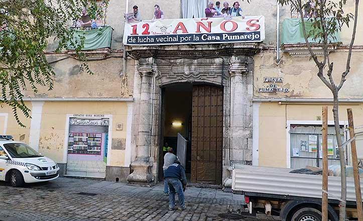 Operarios del Ayuntamiento entran en la casa palacio del Pumarejo.