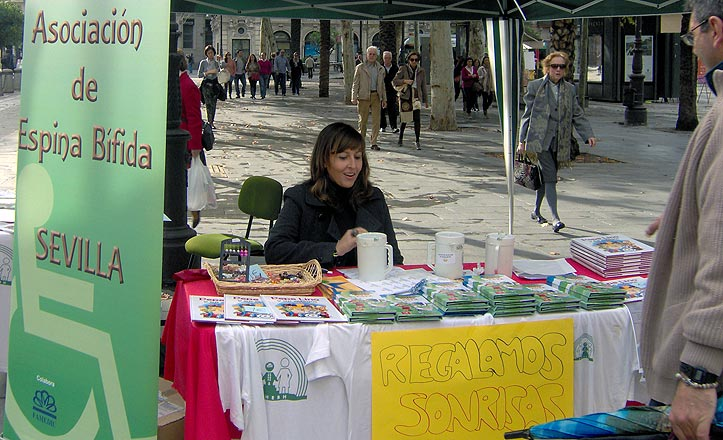 Una caseta de información de la Asociación de Espina Bífida de Sevilla.