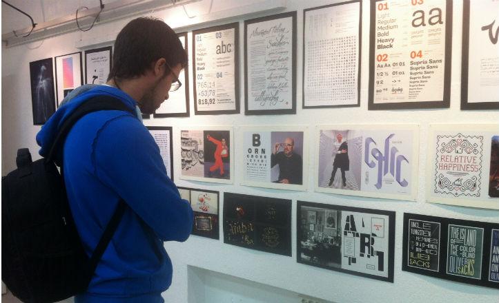Un alumno de la Escuela de Arte observando las obras de la Expo Type Directors