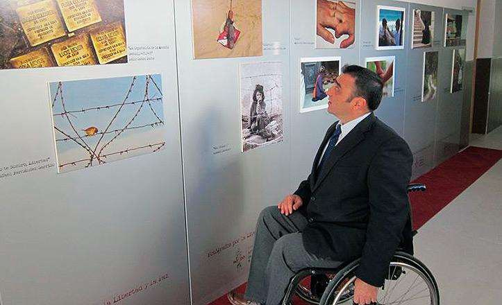 el Delegado del Distrito Norte, Juan García Camacho, acudió a la II Exposición de Fotógrafos por la Libertad y la Paz