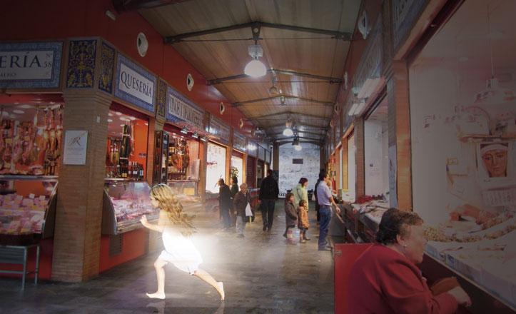 Recreación de la aparición de una niña vestida de blanco cruzando por el Mercado de Triana