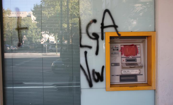 Uno de los cajeros automáticos de Los Bermejales boicoteados por los huelguistas