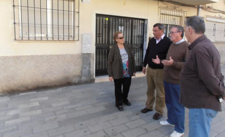 Ignacio Flores junto con los vecinos visitando las obras de la Plaza del Obradoiro