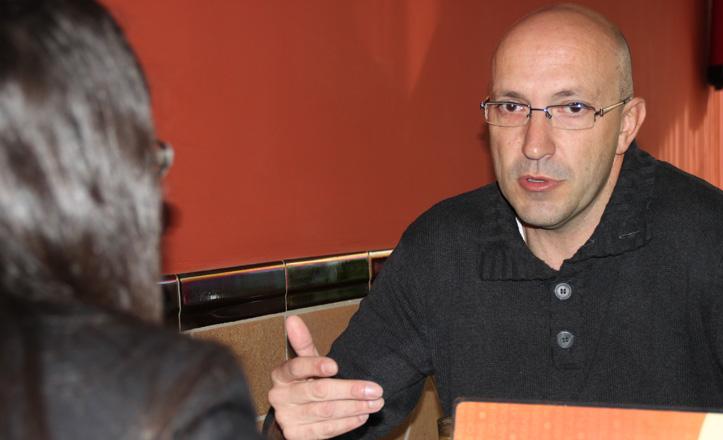 Javier Casanueva habla con Clara Pazos en una cafetería de Sevilla Este
