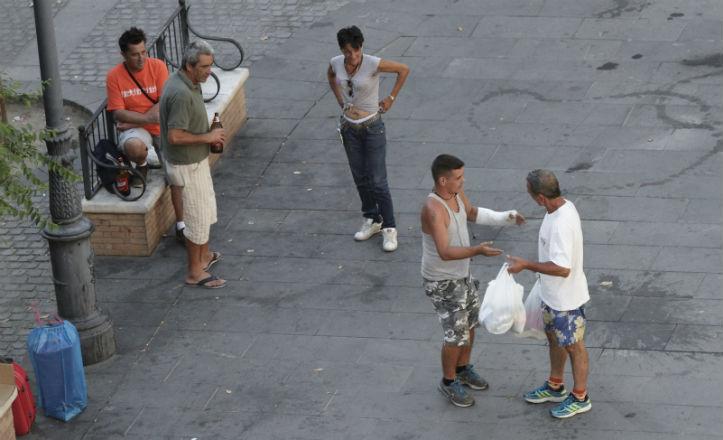Varios indigentes beben alcohol en la plaza del Pumarejo