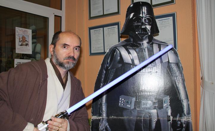 Jose Manuel Lorenzo disfrazado de Jedi enfrentándose a Dark Vader