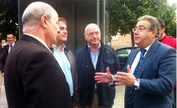 El Alcalde de Sevilla, Juan Ignacio Zoido, junto a vecinos de la calle Sinaí