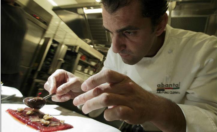 Julio Fernández Quintero elaborando un plato