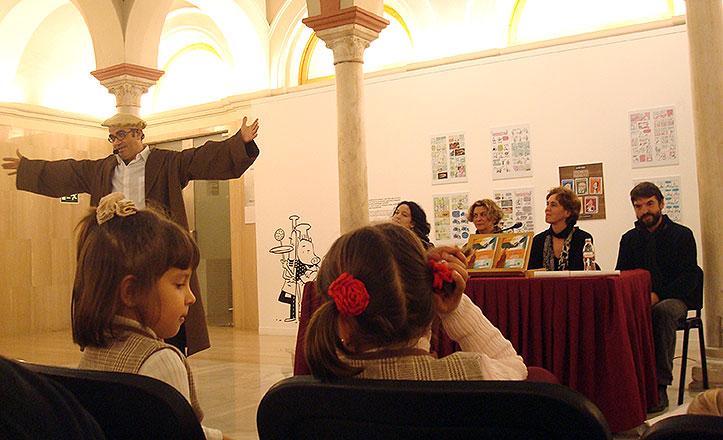Un cuentacuentos actúa durante la presentación del libro.