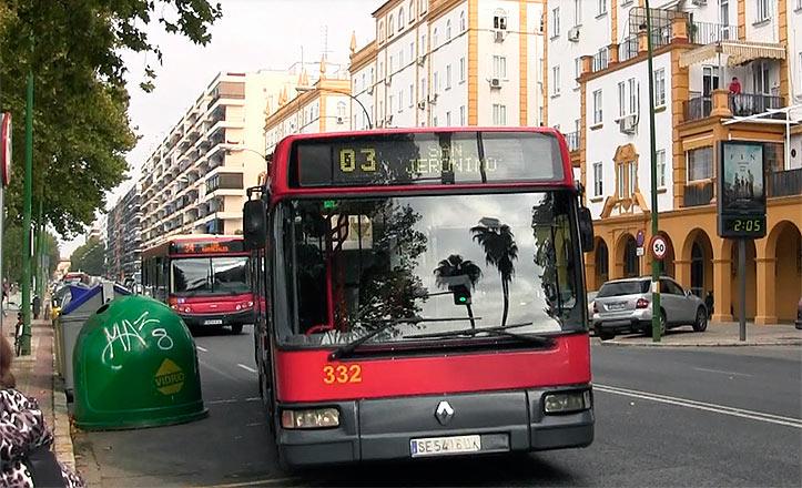Un autobús de la línea 3 llega a una parada en Reina Mercedes.