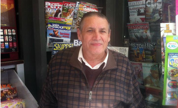 Luis Pinto García en su kiosco