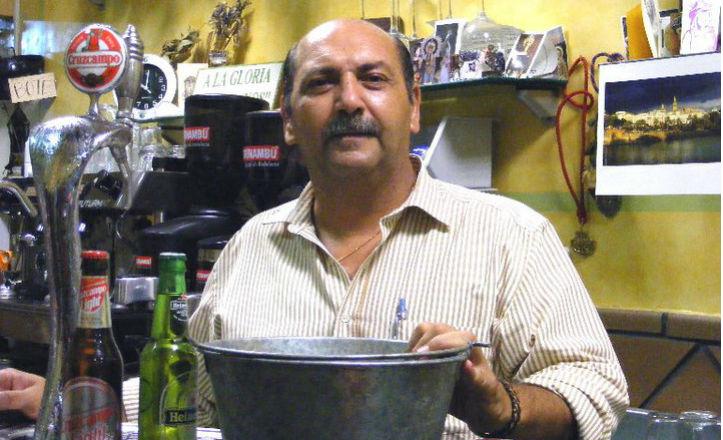 Manolo Ramírez detrás de la barra de la que fue su taberna