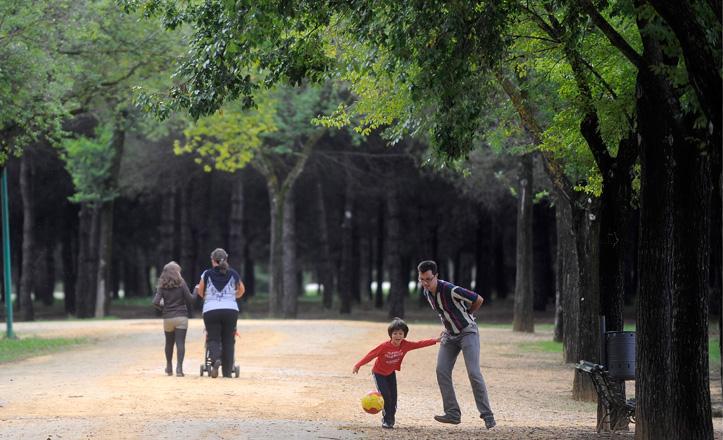 Familias paseando por el Parque Infanta Elena