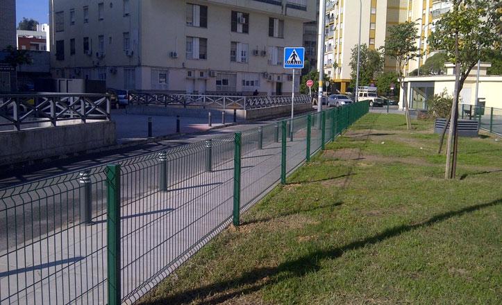 Las vallas que se han instalado en el parterre del Crucero Baleares en Triana