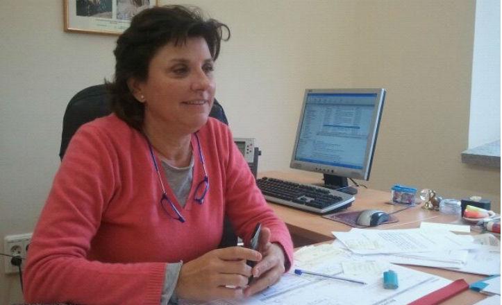 Pía Halcón, delegada del distrito Nervión en su despacho