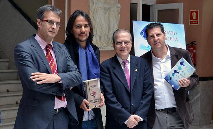David Tejera y Fernando Otero, premios de novela del Ateneo, posan con el presidente del Ateneo.