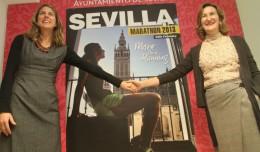 La concejal delegada de deportes del Ayuntamiento de Sevilla, María del Mar Sánchez Estrella, informando de la campaña de comunicación de la Maratón Ciudad de Sevilla 2013 acompañada de Mary Anne Nixon, imagen de la misma