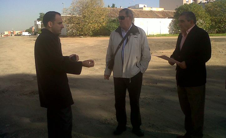 Rafael Belmonte en la esplanada junto con los vecinos de la zona
