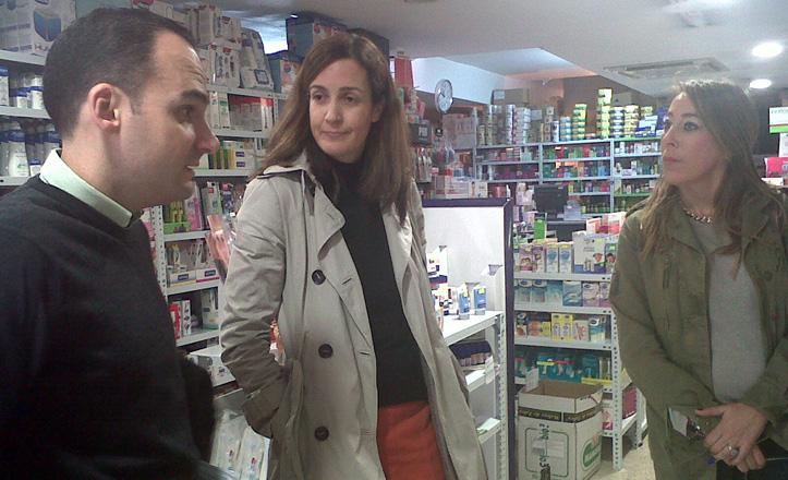 Rafael Belmonte hablando con algunos comerciantes de Reina Mercedes